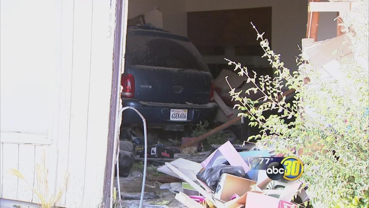 SUV crashes into NE Fresno apartment complex