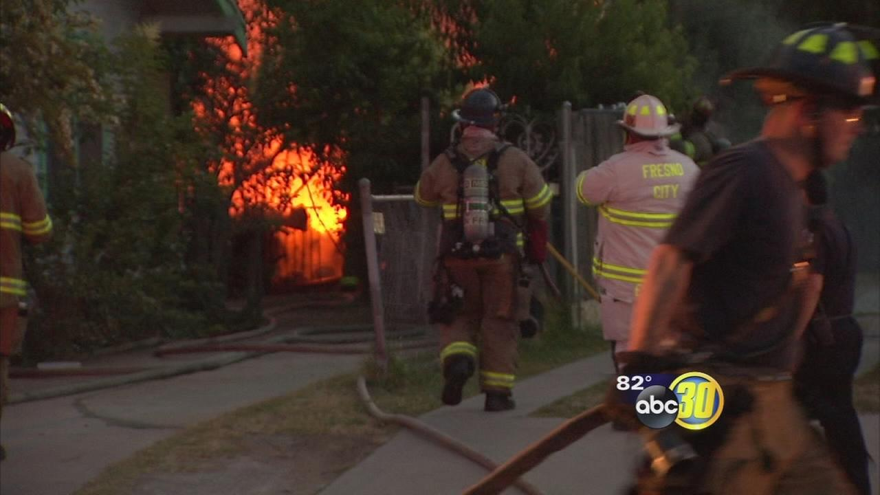 Fire burns garage in Central Fresno