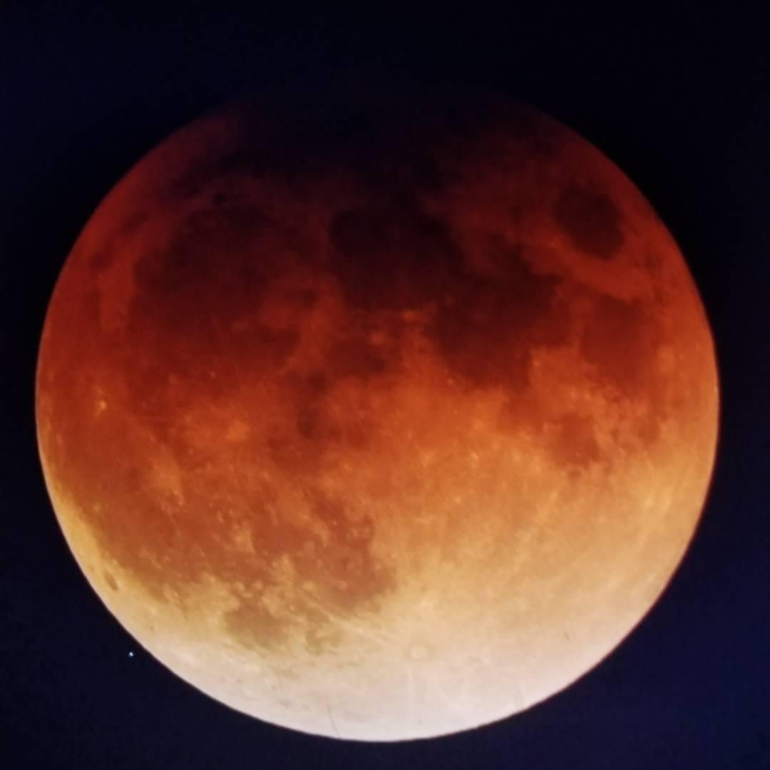 <div class='meta'><div class='origin-logo' data-origin='none'></div><span class='caption-text' data-credit='Erik Braa/Instagram'>ABC7 viewers are sharing photos of the super blue blood moon on Wednesday, January 31, 2018.</span></div>