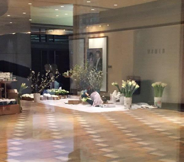 """<div class=""""meta image-caption""""><div class=""""origin-logo origin-image none""""><span>none</span></div><span class=""""caption-text"""">A look inside the Dolby Theater where workers are arranging flowers inside ahead of the Oscars in Los Angeles on Saturday, February 27, 2016. (KGO-TV)</span></div>"""