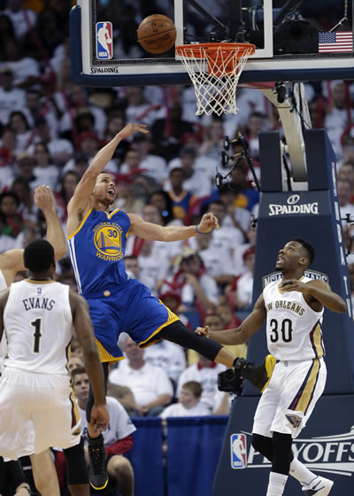 <div class='meta'><div class='origin-logo' data-origin='none'></div><span class='caption-text' data-credit=''>Warriors' Stephen Curry goes to the basket between Pelicans' guards Norris Cole and Tyreke Evans during Game 4 of the NBA Playoffs in New Orleans on April 25, 2015. (AP Photo)</span></div>