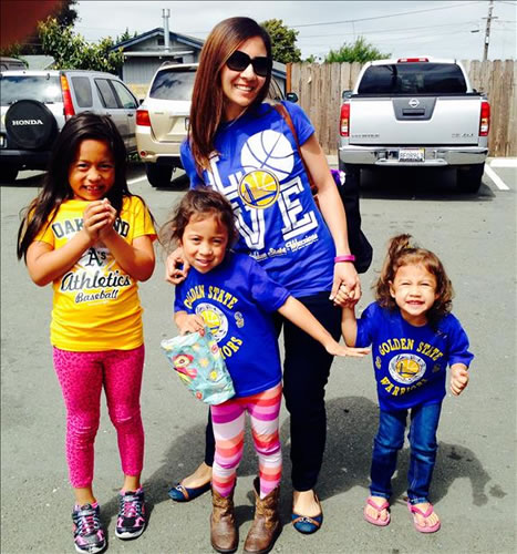 <div class='meta'><div class='origin-logo' data-origin='none'></div><span class='caption-text' data-credit='Photo submitted via uReport'>A family shows off their Warriors pride! Tag your photos on Facebook, Twitter, Google Plus, or Instagram using #DubsOn7!</span></div>