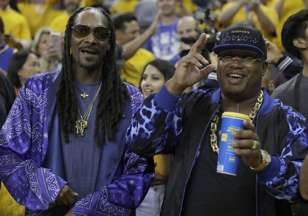 "<div class=""meta image-caption""><div class=""origin-logo origin-image none""><span>none</span></div><span class=""caption-text"">Musicians Snoop Dogg, left, and E-40 pose for photos before Game 5 of the NBA Finals in Oakland, Calif., Monday, June 12, 2017.  (AP Photo/Marcio Jose Sanchez)</span></div>"