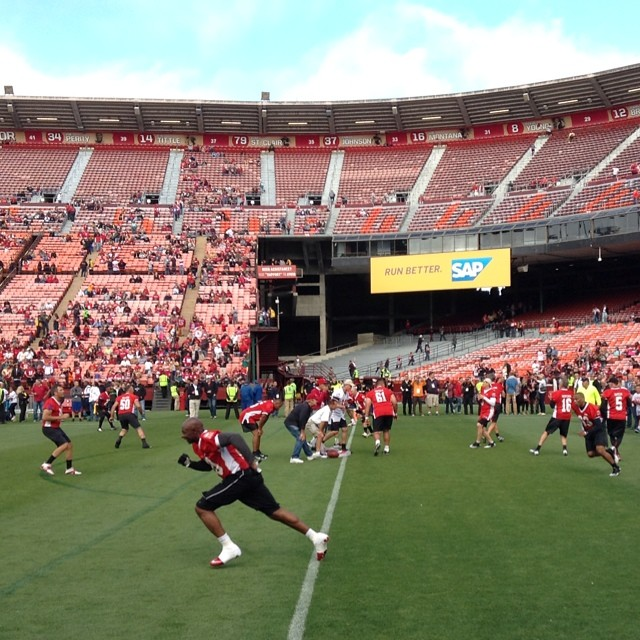 "<div class=""meta image-caption""><div class=""origin-logo origin-image ""><span></span></div><span class=""caption-text"">Jerry Rice off the line as the legends warm up. (ABC7 News Fan Reporter, Bernard Galang)</span></div>"