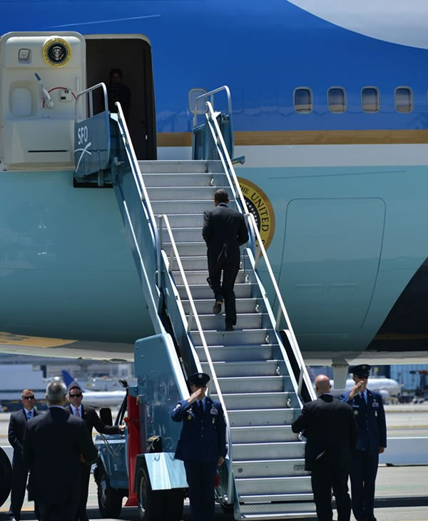 "<div class=""meta ""><span class=""caption-text "">President Obama walks up the steps. (ABC7 News/Wayne Freedman)</span></div>"
