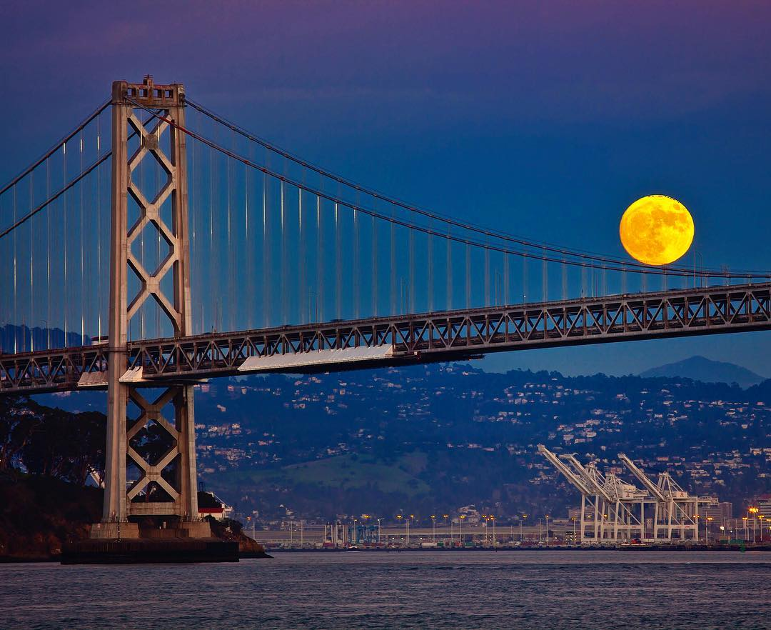 "<div class=""meta image-caption""><div class=""origin-logo origin-image none""><span>none</span></div><span class=""caption-text"">The supermoon is seen near the  Bay Bridge on Nov. 13, 2016. (Instagram/louisraphael)</span></div>"