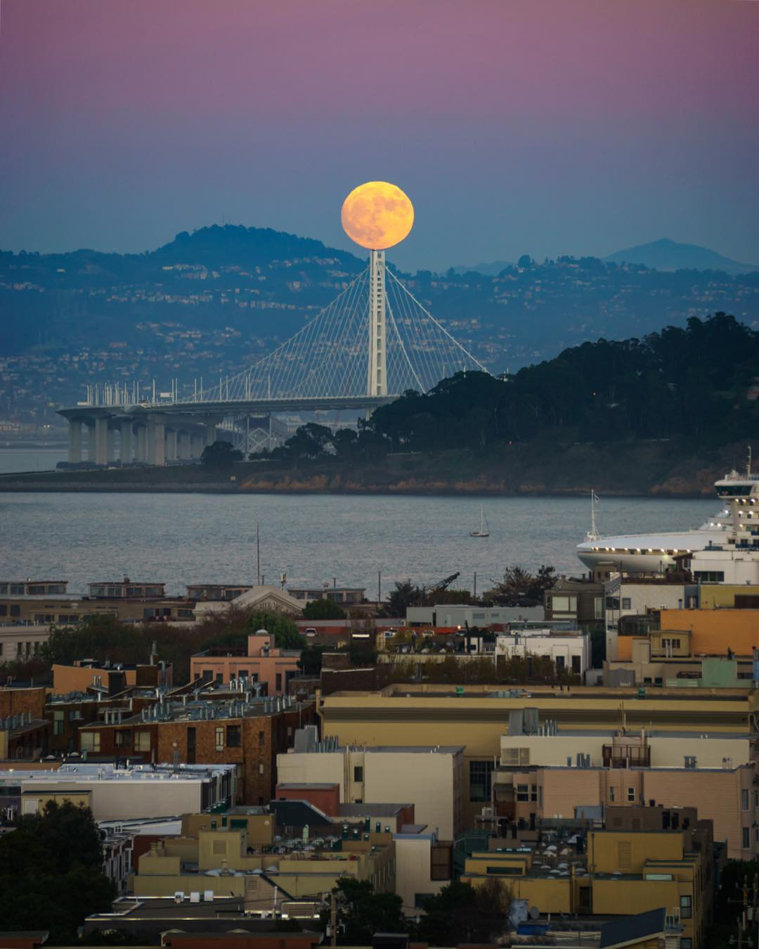 "<div class=""meta image-caption""><div class=""origin-logo origin-image none""><span>none</span></div><span class=""caption-text"">The supermoon is seen near the  Bay Bridge on Nov. 13, 2016. (Instagram/lucsteven)</span></div>"