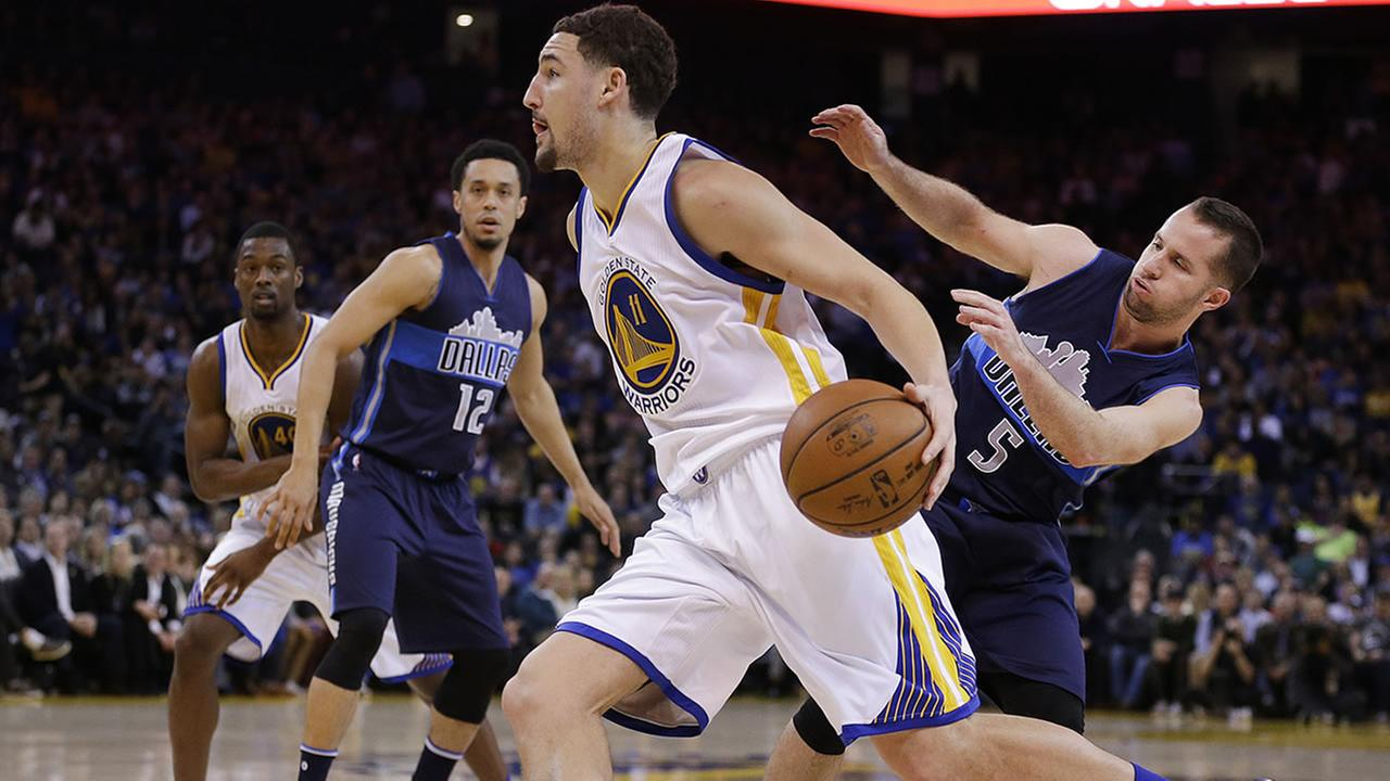 Warriors Klay Thompson drives the ball past Dallas Mavericks J.J. Barea