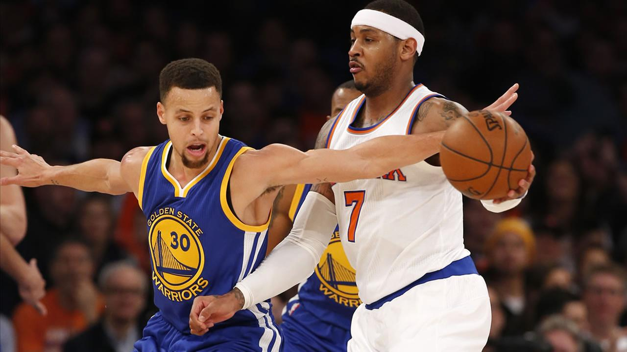 Golden State Warriors guard Stephen Curry (30) defends New York Knicks forward Carmelo Anthony (7) who tries to pass around Curry in New York, Sunday, Jan. 31, 2016.