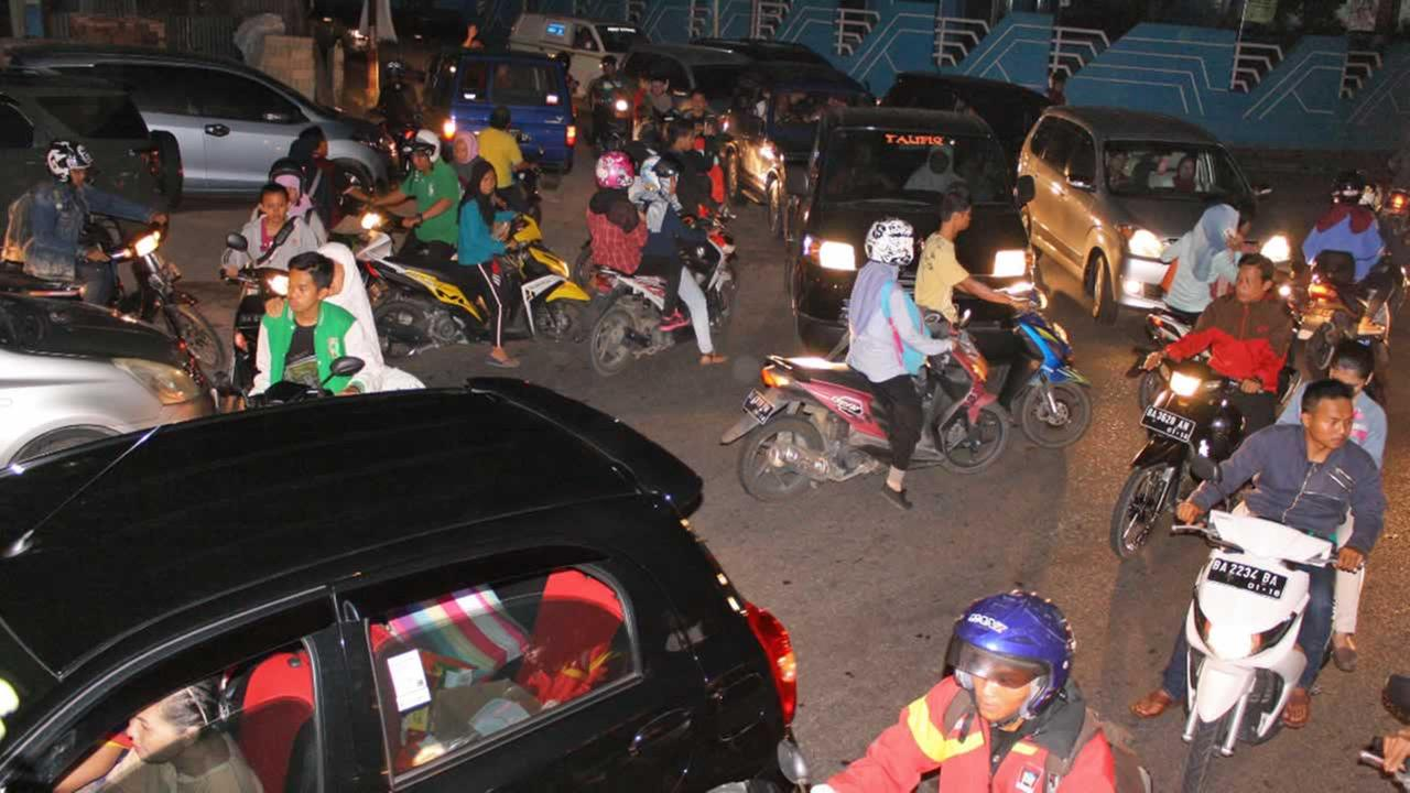 Chaotic traffic is seen on a street following a strong earthquake which triggers tsunami warning in Padang, West Sumatra, Indonesia, Wednesday, March 2, 2016.