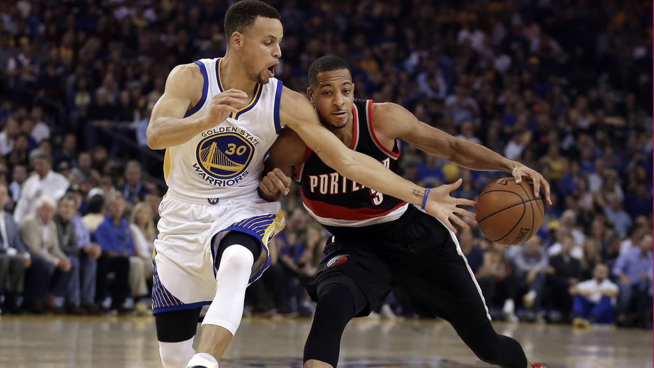 Blazers C.J. McCollum  drives the ball against Warriors Stephen Curry during an NBA basketball game, Sunday, April 3, 2016, in Oakland, Calif. (AP Photo/Ben Margot)