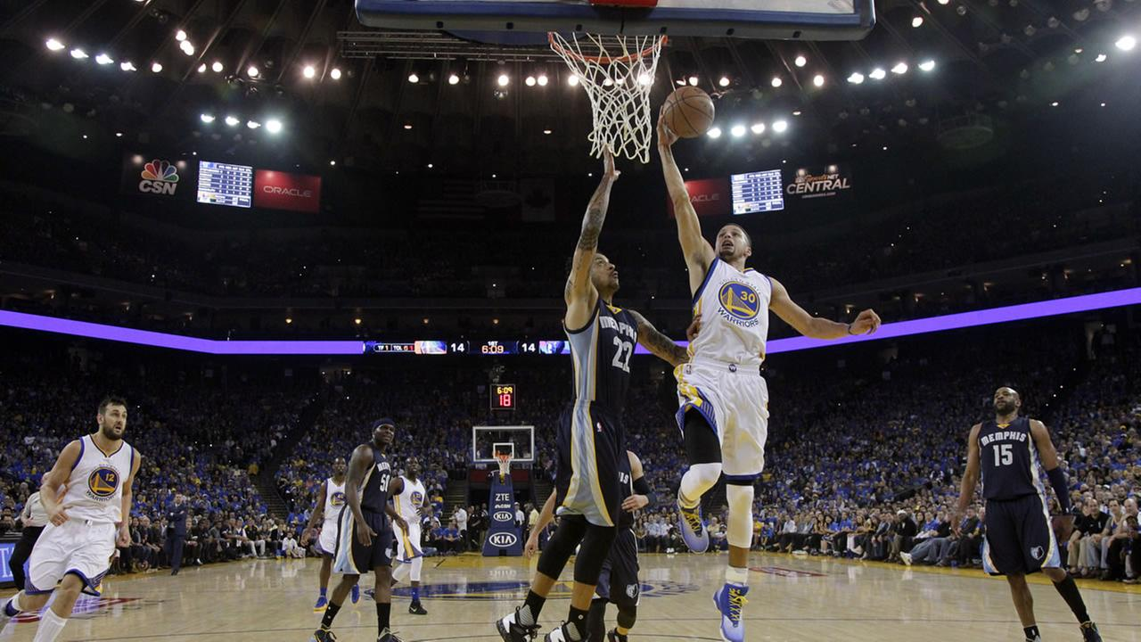 Golden State Warriors Stephen Curry (30) drives to the basket as Memphis Grizzlies Matt Barnes (22) defends during the first half of an NBA basketball game.AP Photo/Marcio Jose Sanchez