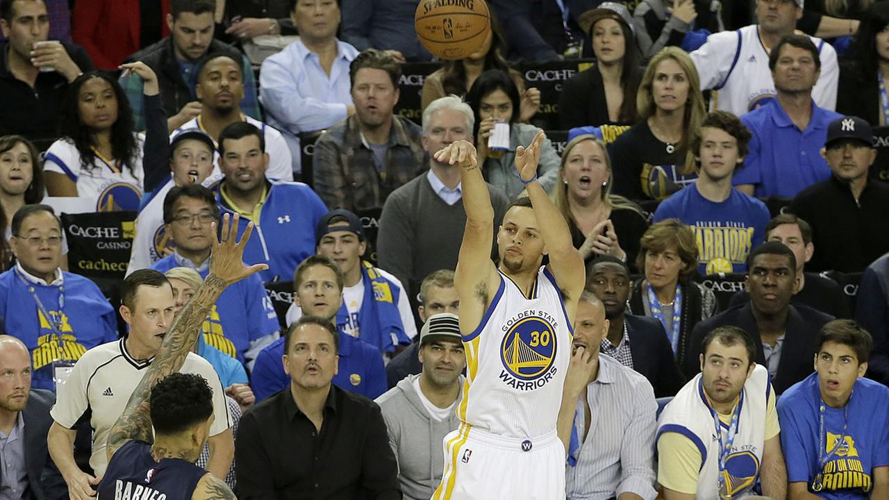Golden State Warriors guard Stephen Curry (30) shoots a three point basket against the Grizzlies during an NBA basketball game in Oakland, Calif., Wednesday, April 13, 2016.AP Photo/Jeff Chiu