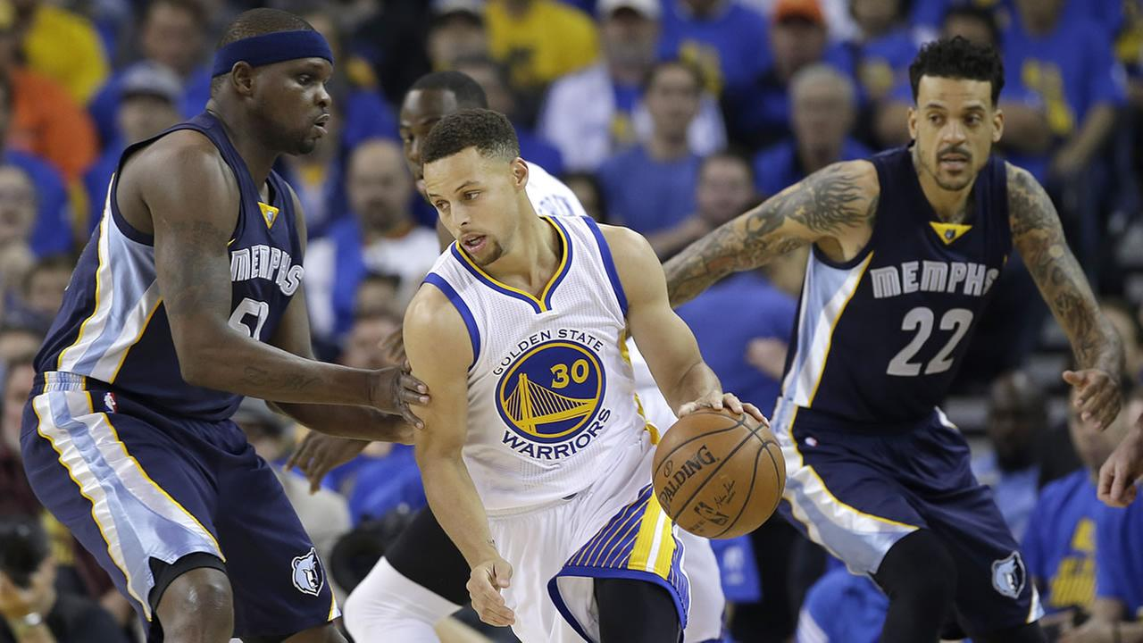 Golden State Warriors guard Stephen Curry (30) dribbles between Memphis Grizzlies forward Zach Randolph, left, during an NBA basketball game in Oakland, Calif., April 13, 2016.AP Photo/Marcio Jose Sanchez