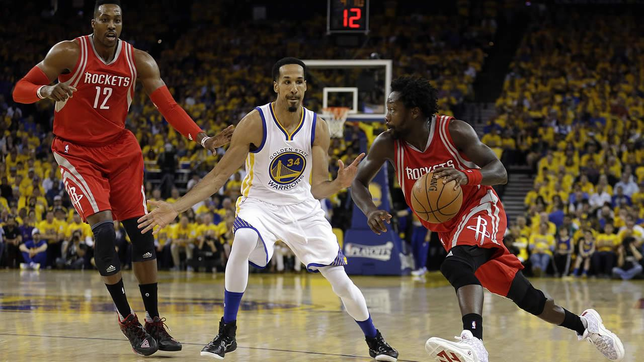 Rockets Patrick Beverley drives the ball against Warriors Shaun Livingston during Game 2 of the NBA basketball playoff series on April 18, 2016, in Oakland, Calif. (AP Photo)