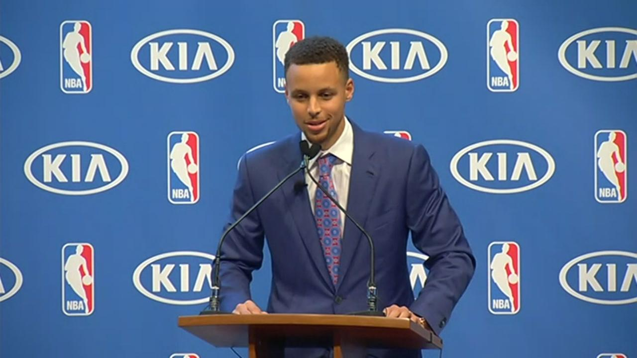 Golden State Warriors guard Stephen Curry smiles during the NBAs Most Valuable Player award presentation Tuesday, May 10, 2016, in Oakland, Calif.