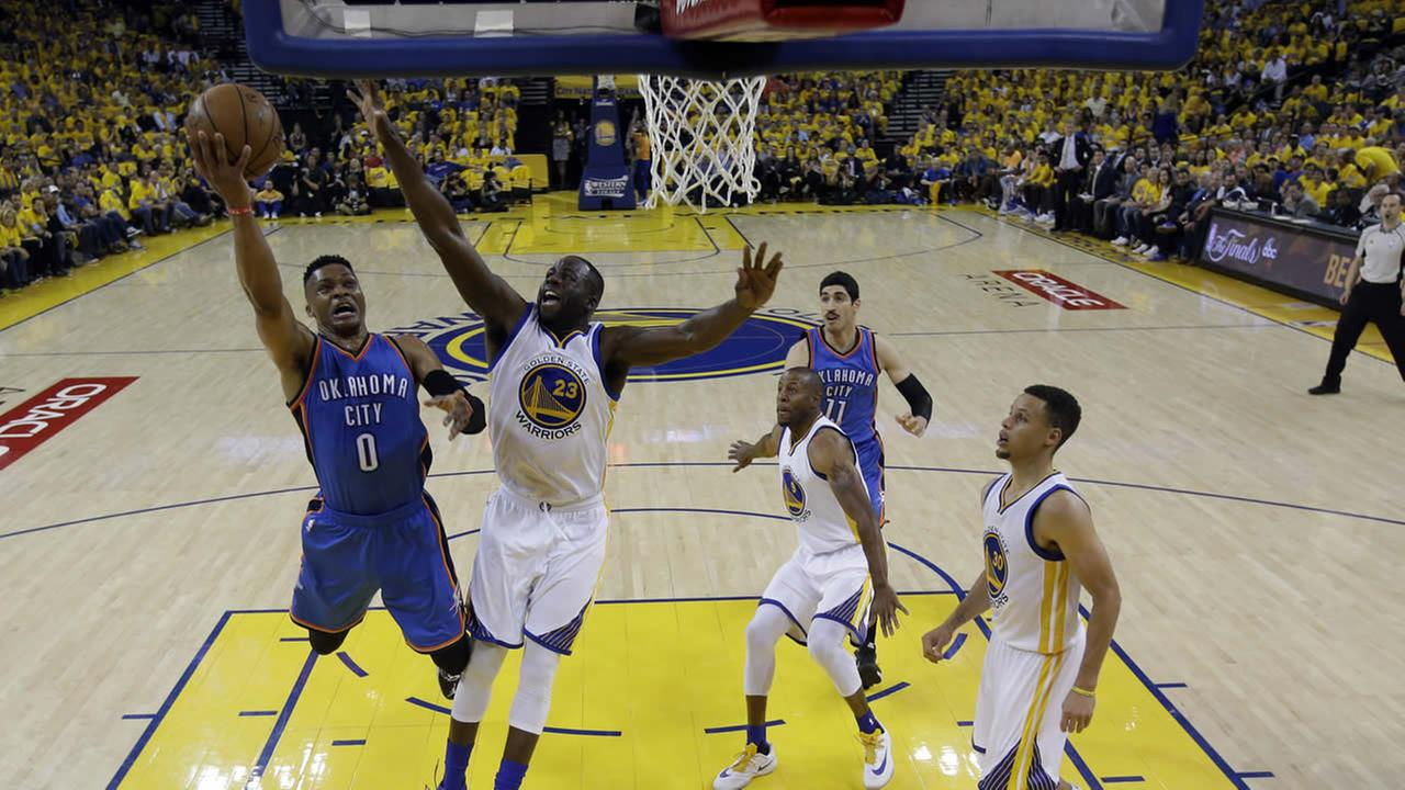 Thunders Westbrook shoots past Warriors Green during Game 2 of the NBA basketball Western Conference finals on May 18, 2016, in Oakland, Calif. (AP Photo)