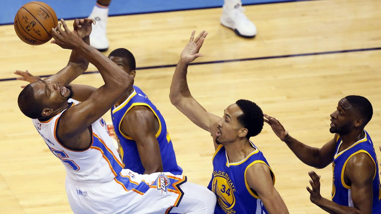 Thunders Kevin Durant is fouled by Warriors Shaun Livingston during Game 3 of the NBA basketball Western Conference finals in Oklahoma City on May 22, 2016. (AP Photo)
