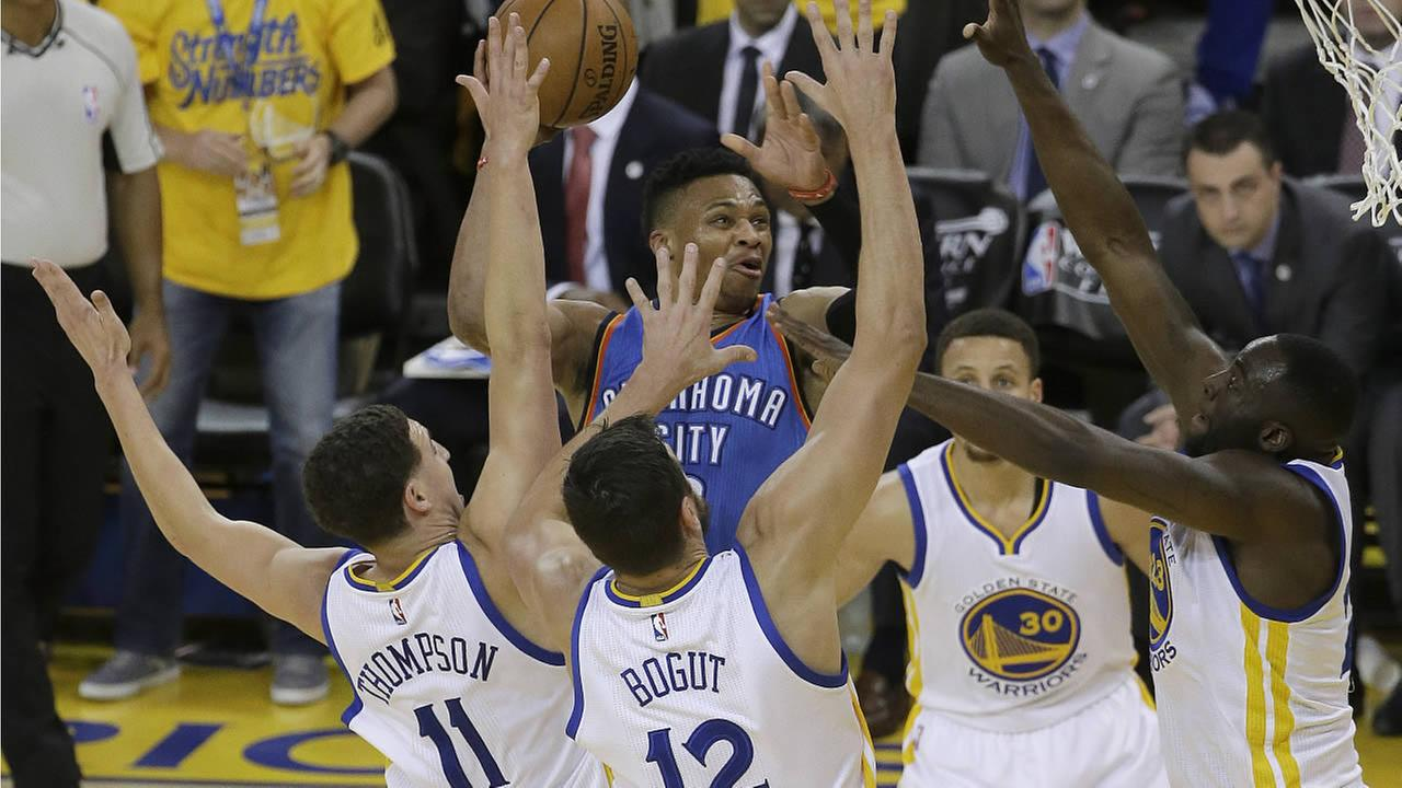Thunders Russell Westbrook shoots between Warriors Klay Thompson during Game 5 of the NBA basketball Western Conference finals in Oakland, Calif., May 26, 2016. (AP Photo)