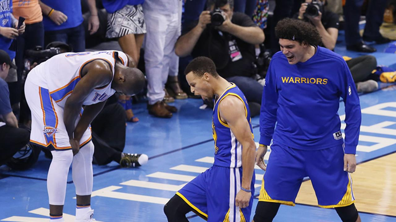 Golden State Warriors guard Stephen Curry (30) and forward Anderson Varejao (18) celebrate Game 6 of the NBA basketball Western Conference finals in Oklahoma City, May 28, 2016.