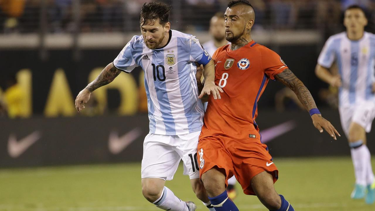 Argentinas Lionel Messi (10) is defended by Chiles Arturo Vidal during the Copa America Centenario championship soccer match, June 26, 2016, in East Rutherford, N.J. (AP Photo)