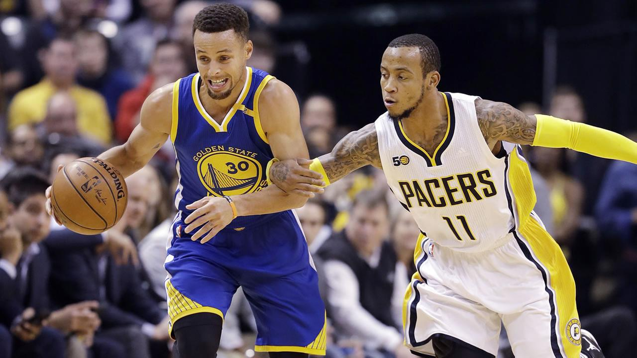 Golden State Warriors Stephen Curry, left, is pursued by Indiana Pacers Monta Ellis during the first half of an NBA basketball game Monday, Nov. 21, 2016, in Indianapolis.