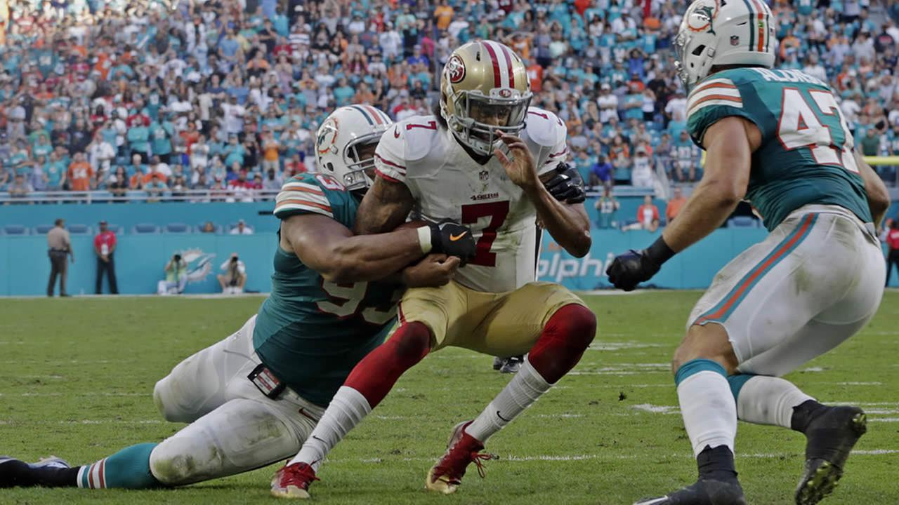 Dophins Ndamukong Suh and 49ers Colin Kaepernick are seen during a game in Miami, Fla. on Sunday, November 27, 2016. (AP Foto/Lynne Sladky)