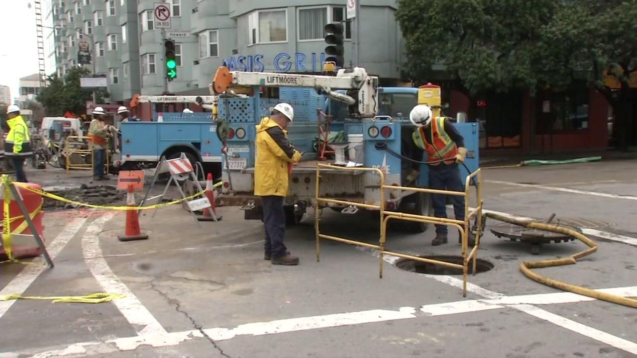PG&E crews are seen at 4th and Howard streets in San Francisco, Calif. on Friday, Decemer 9, 2016.