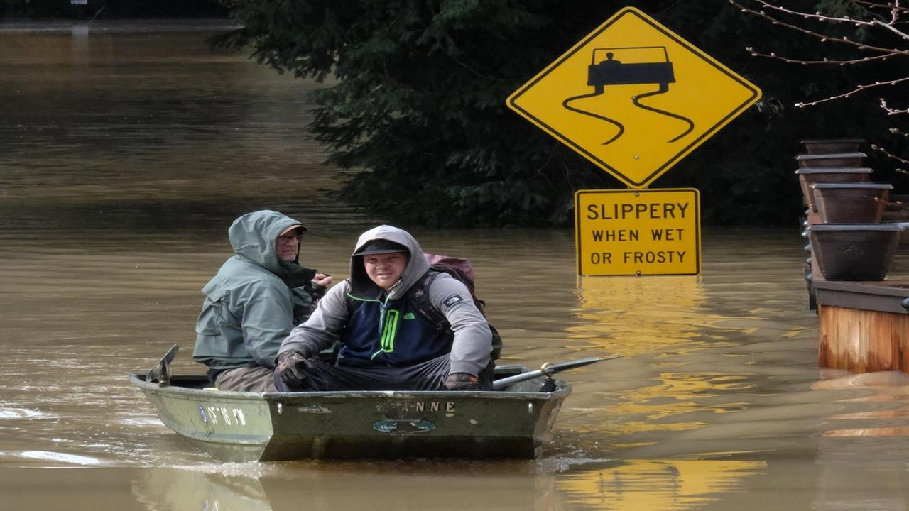 Flooding in Sonoma County causes citizens to band together.