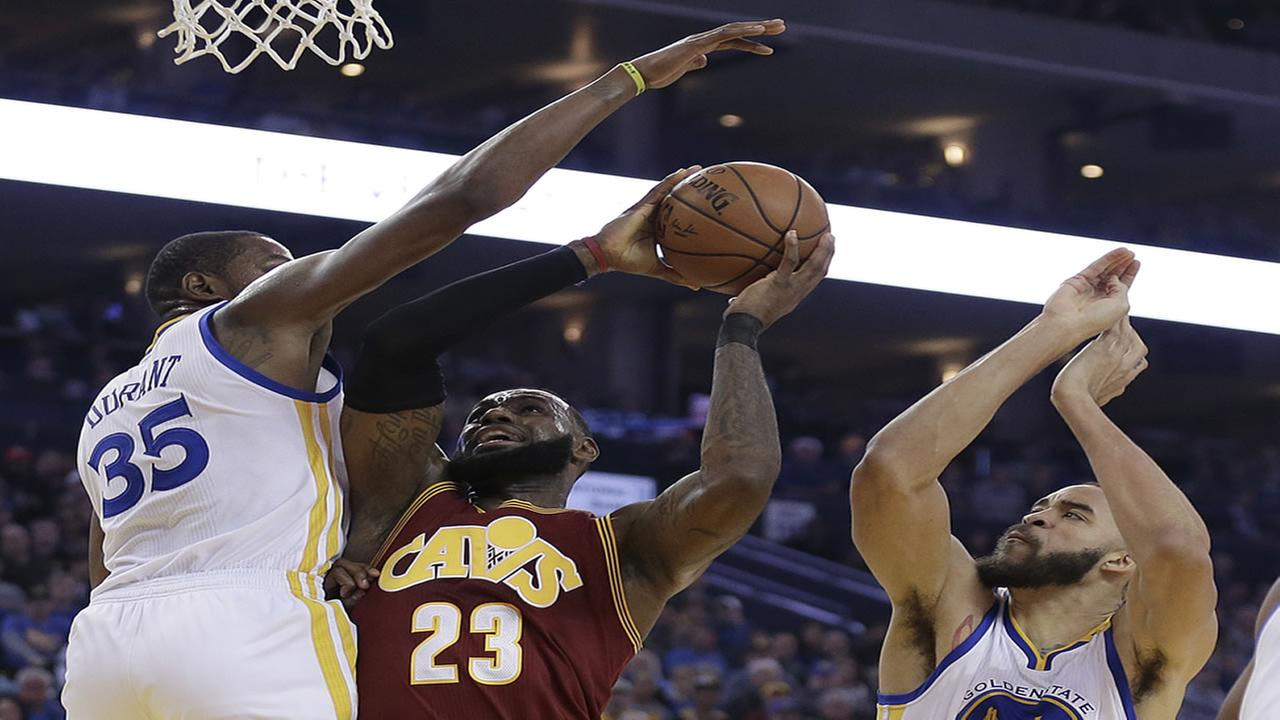 Draymond Green fouls, then mocks LeBron James for major flop