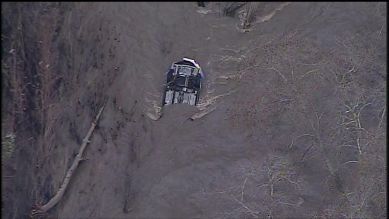 Niles Canyon Rd. closed while crews lift submerged car from Alameda Creek