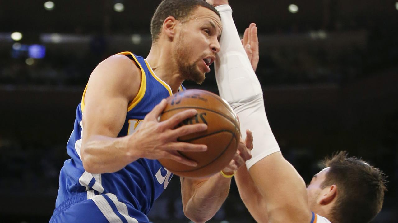 Warriors Stephen Curry bumps into Knicks Willy Hernangomez as he goes up for a layup in a game at Madison Square Garden in New York on March 5, 2017. (AP Photo/Kathy Willens)