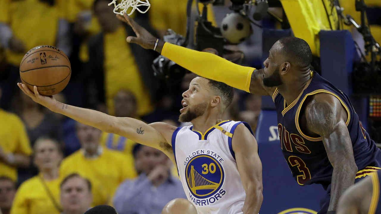 Golden State Warriors guard Stephen Curry (30) shoots against Cleveland Cavaliers forward LeBron James during the second half of Game 1 of basketballs NBA Finals in Oakland, CA.AP Photo/Marcio Jose Sanchez