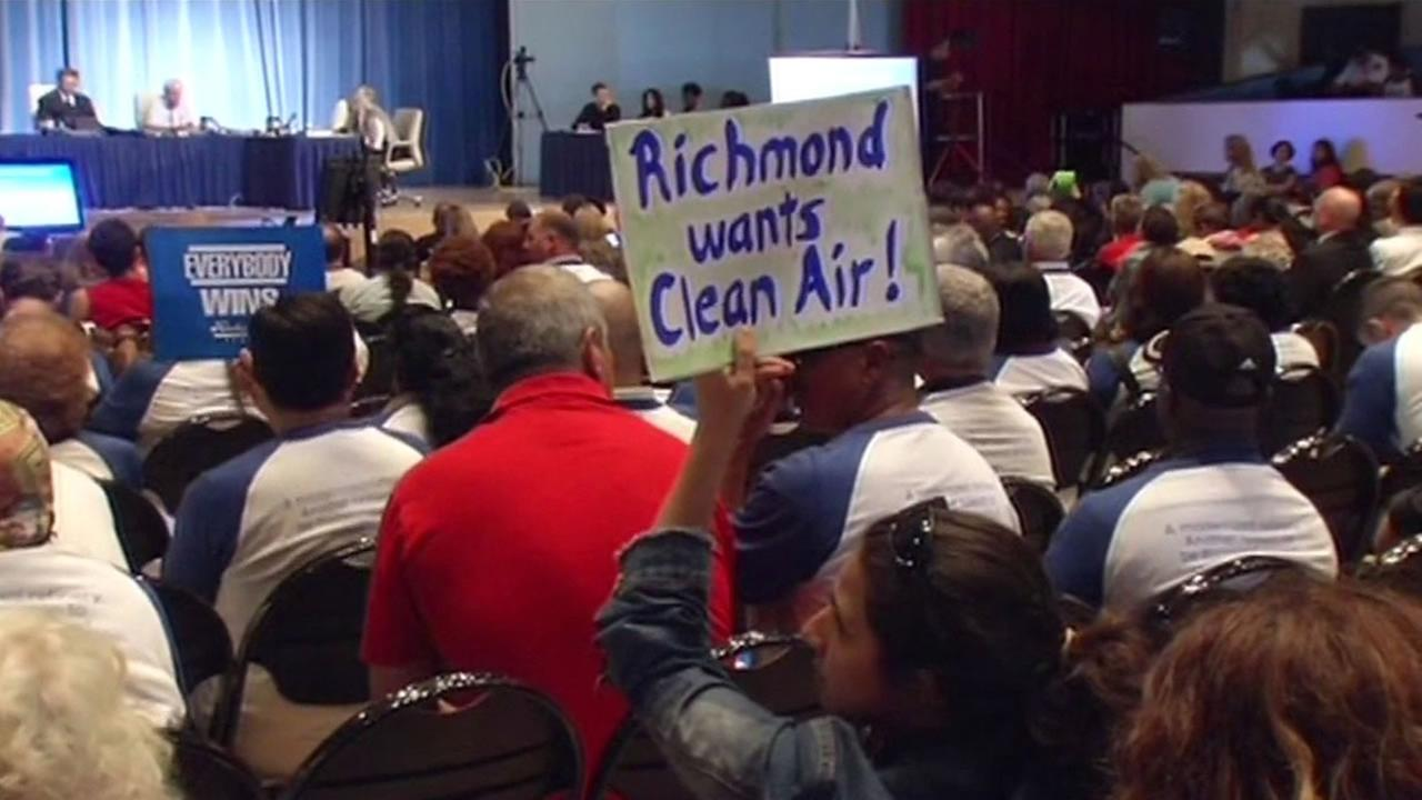 woman holds up sign Richmond wants clean air!