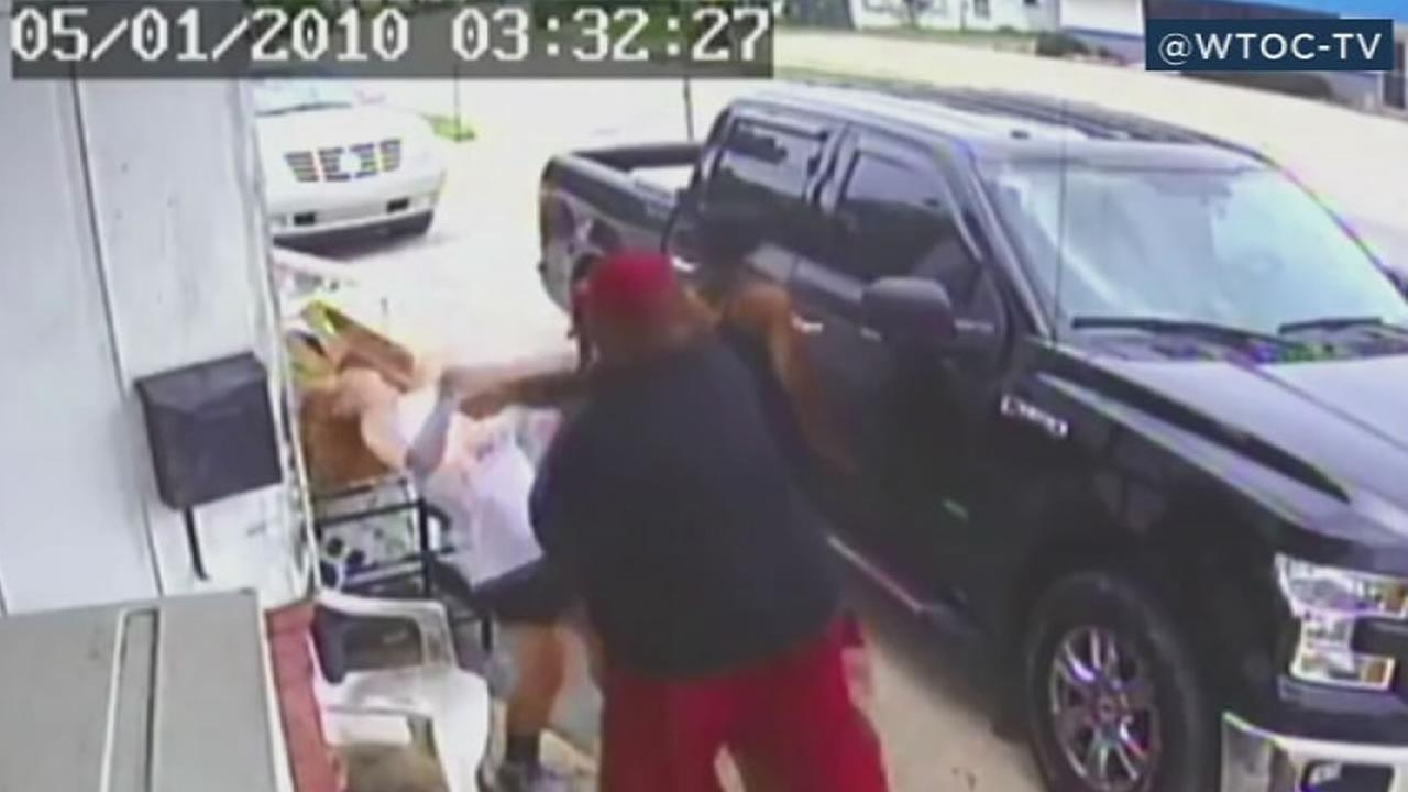 VIDEO: Angry customers attacking restaurant owner, teen daughter