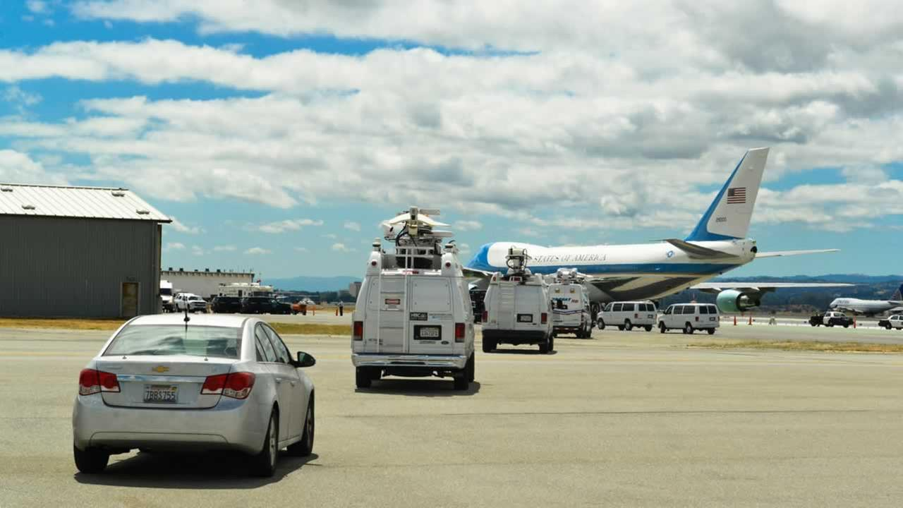After an hour of sniffing, scanning, checking and waiting, ABC7 News caravans to the tarmac and AF1.ABC7 News/Wayne Freedman