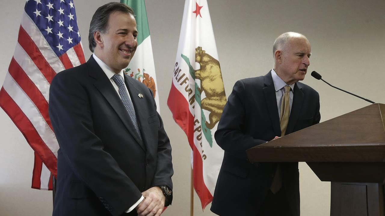 Mexican Secretary of Foreign Affairs Jose Antonio Meade Kuribrena, left, smiles at Gov. Jerry Browns response during a news conference, July 23, 2014, in Sacramento, Calif. (AP Photo/Rich Pedroncelli)