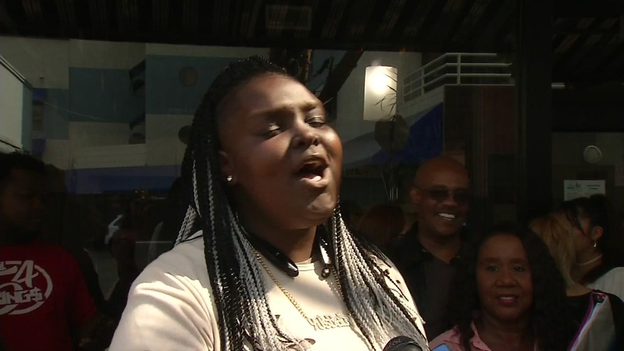 An American Idol hopeful sings her heart out in Oakland, Calif. on Aug. 20, 2017.KGO-TV