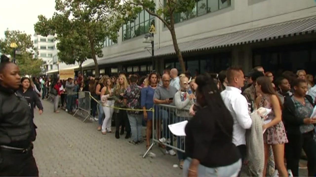 An American Idol contestants line up to audition in Oakland, Calif. on Aug. 20, 2017.KGO-TV
