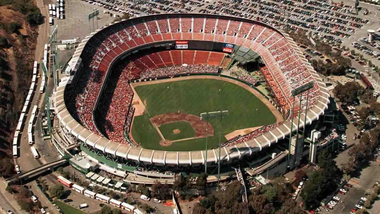 In this Aug. 28, 1999 file photo the San Francisco Giants play the Pittsburgh Pirates at Candlestick Park in San Francisco. (AP Photo/Eric Risberg, File)