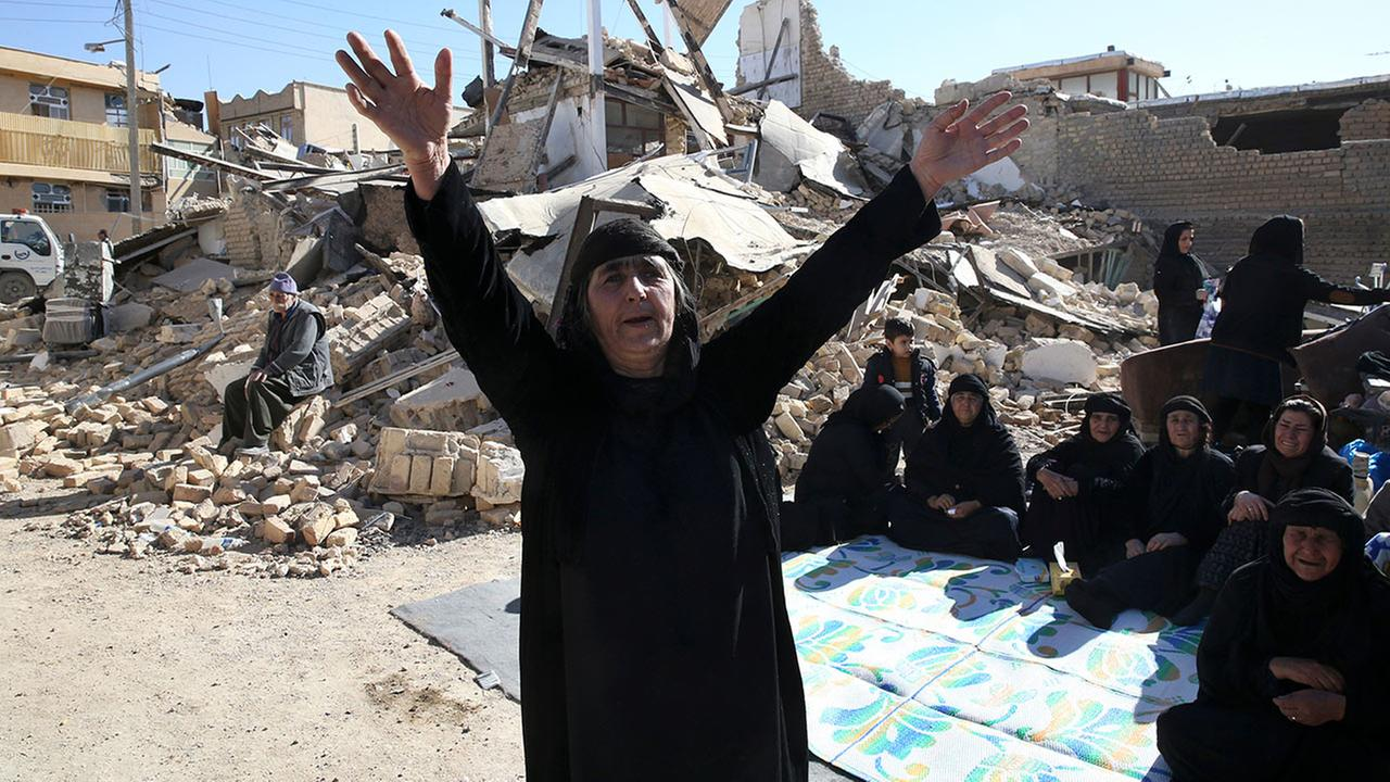 A woman mourns at an earthquake site in Sarpol-e-Zahab in western Iran, Tuesday, Nov. 14, 2017.