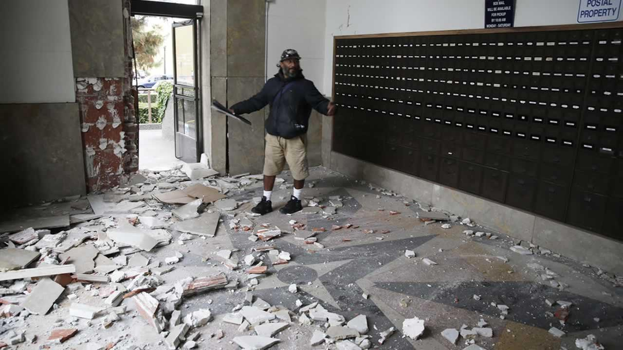 Jorge Sanchez looks over damage to the main post office following an earthquake Sunday, Aug. 24, 2014, in Napa, Calif.  (AP Photo/Eric Risberg)