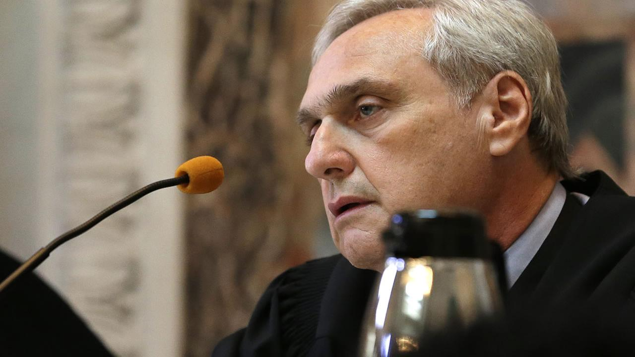Chief Judge Alex Kozinski listens to a case before an 11-judge panel of the 9th U.S. Circuit Court of Appeals on Sept. 18, 2014, in San Francisco. (AP Photo/Eric Risberg, Pool)