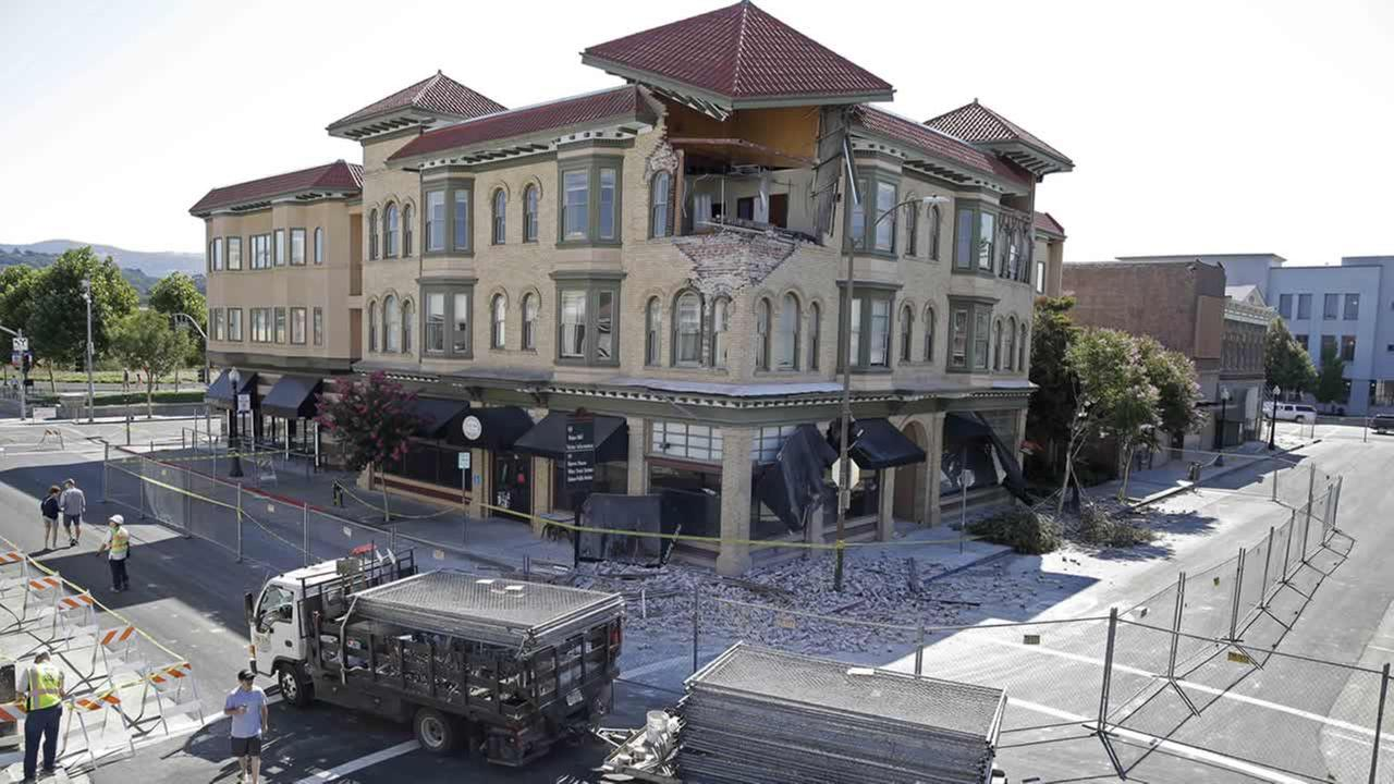 A truckload of fencing is brought to Second Street outside the earthquake damaged building that housed the Carpe Diem wine bar Tuesday, Aug. 26, 2014, in Napa, Calif. (AP Photo/Eric Risberg) <span class=meta>(AP Photo&#47;Eric Risberg)</span>