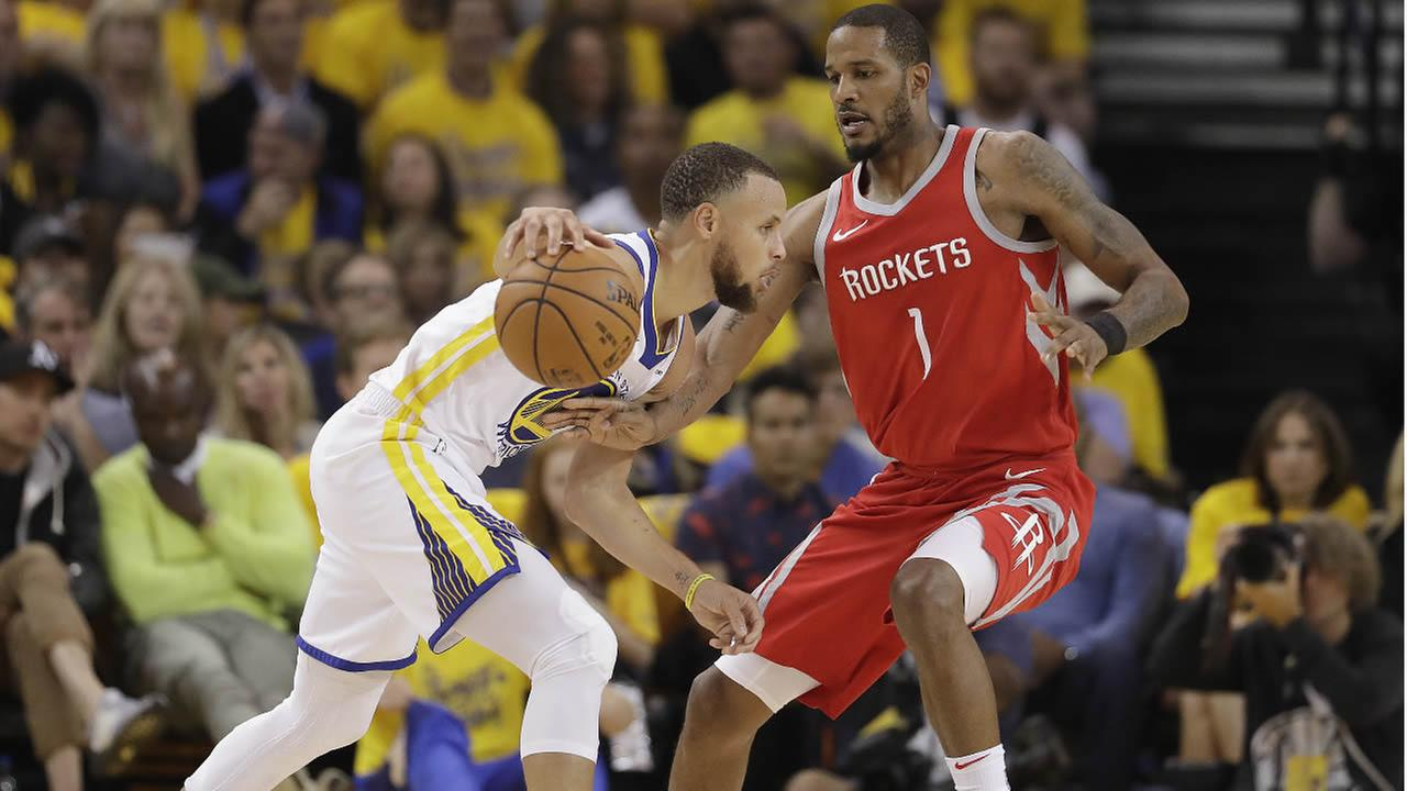 Warriors Stephen Curry passes the ball as he is defended by Rockets Trevir Ariza in Game 3 of the Western Conference Finals in Oakland, Calif., May 20, 2018. (AP Photo)