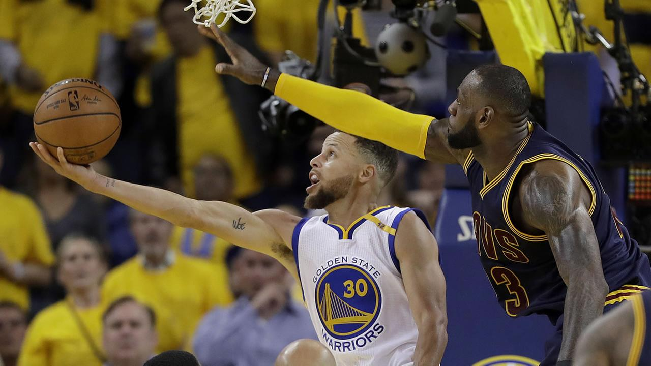 Warriors guard Stephen Curry (30) shoots against Cavaliers forward LeBron James during the second half of Game 1 of the NBA Finals in Oakland, Calif., Thursday, June 1, 2017.