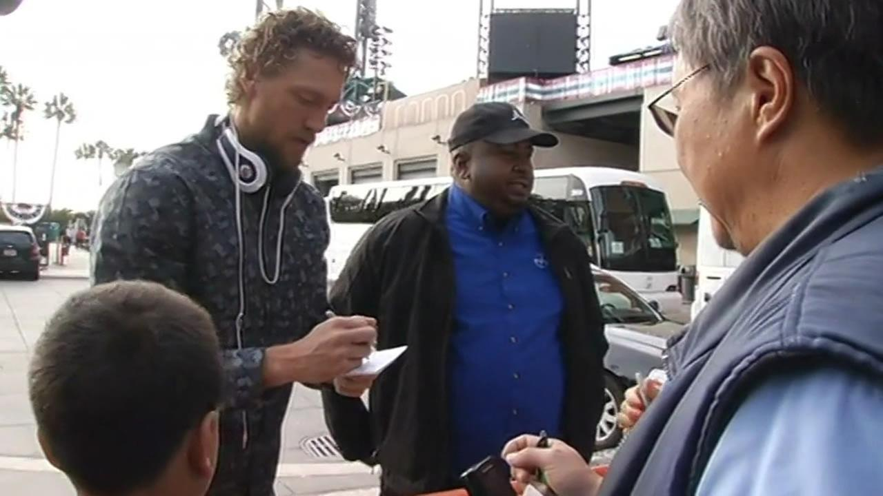 SF Giants Hunter Pence signs autographs before heading to Kansas City for World Series.