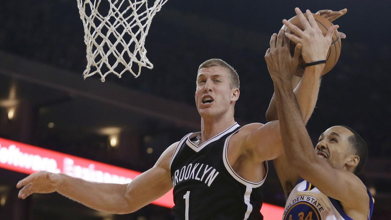 Brooklyn Nets Mason Plumlee, left, and Golden State Warriors Shaun Livingston (34) vie for a rebound.