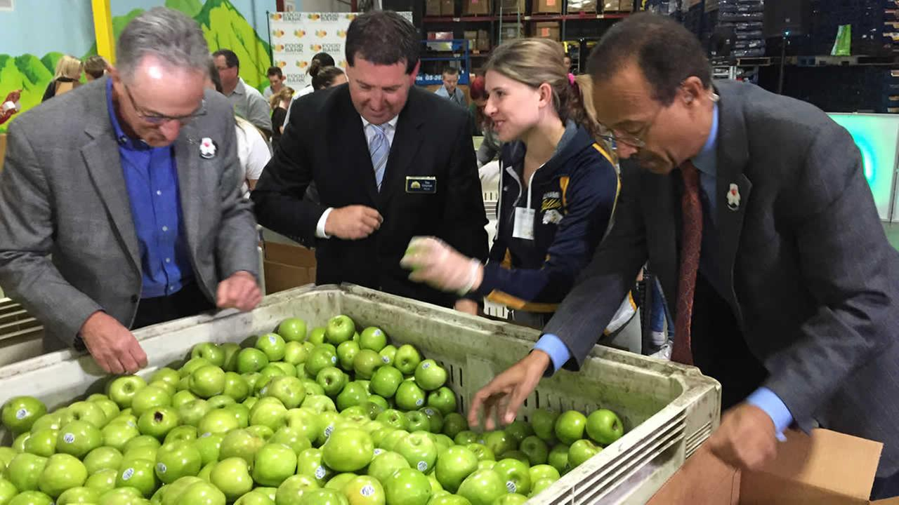 From left to right: Food Bank of Contra Costa and Solano executive director Larry Sly, Concord Mayor Tim Grayson, Alhambra HS senior Cheyenne Davis, ABC7s Spencer Christian.