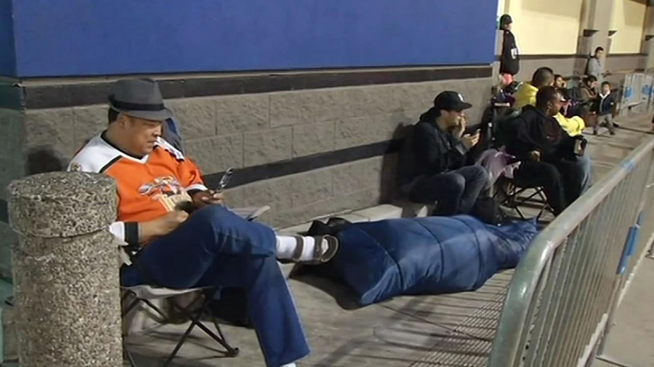 people line up outside Best Buy for Black Friday deals
